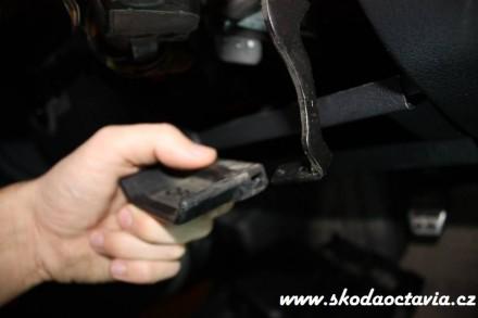 Jak sundat plast pod volantem Octavia 5