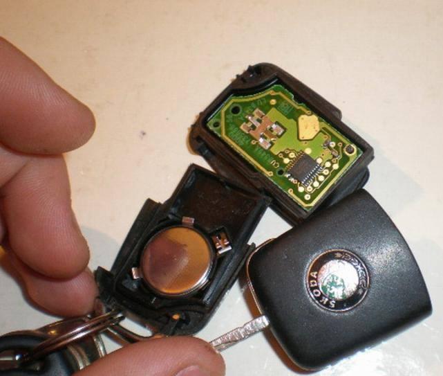 Rozebraný klíč Octavia výměna baterie