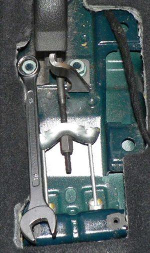 Je nutné odšroubovat matici která drží ruční brzdu