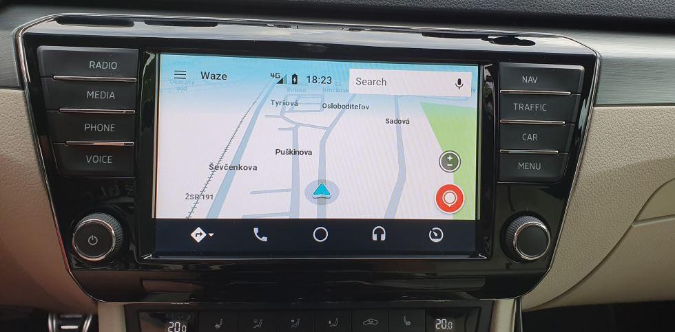 Navigace aplikace waze přímo přes Columbus Octavia CarPlay