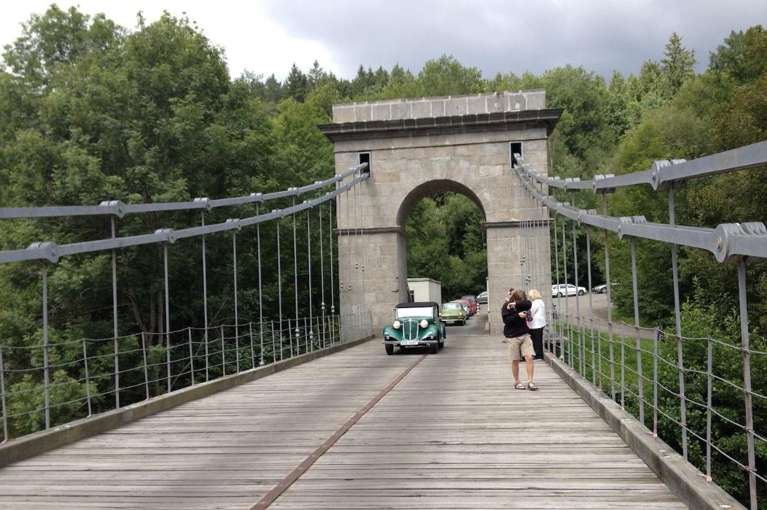 Skvělé místo na focení auta na mostě je Stádlecký řetězový most