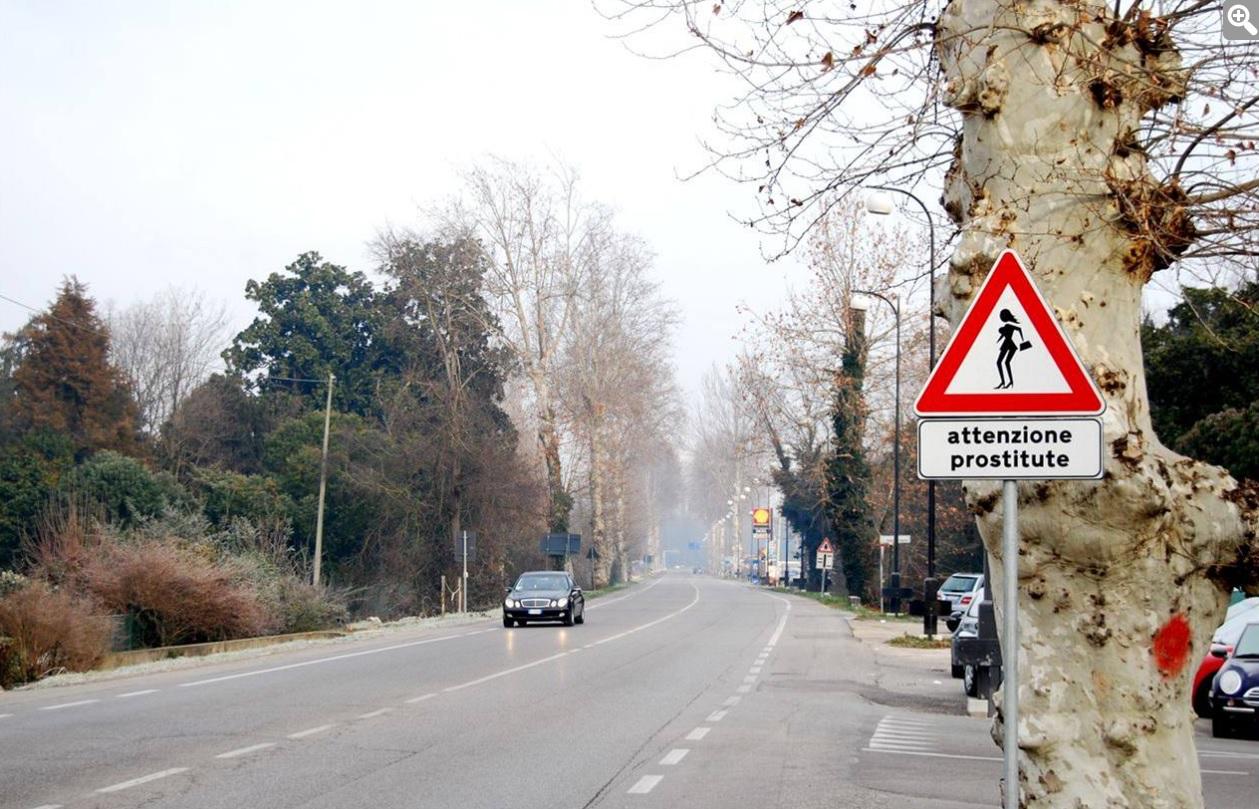 Dopravní značka v Itálii Pozor na prostitutky